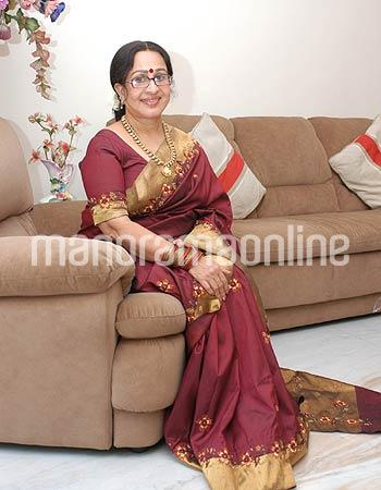 Old Malayalam Actress Sheela In Red Saree