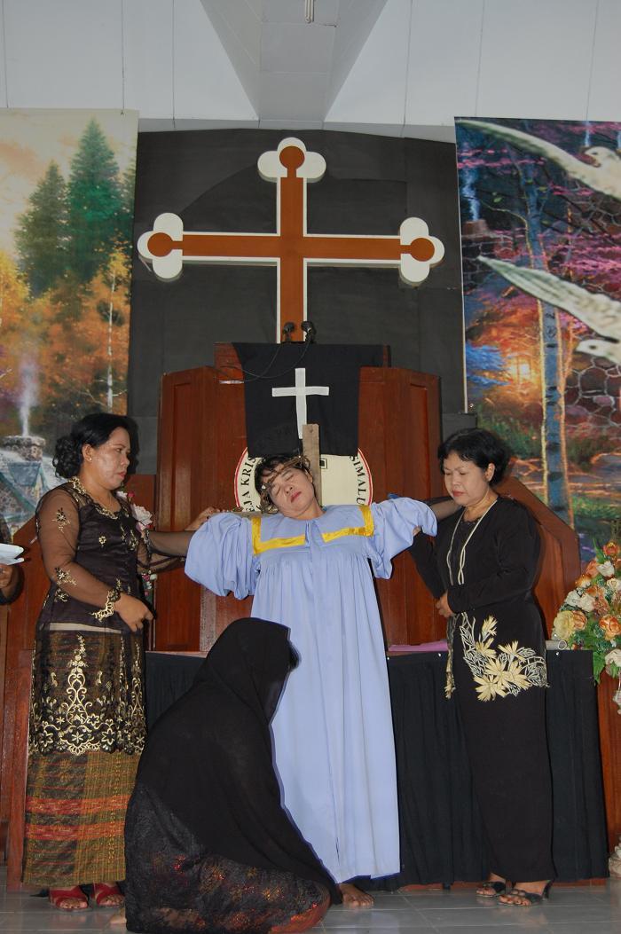 Penyaliban Yesus : Drama liturgi Wanita GKPS Jambi memaknai Jumat