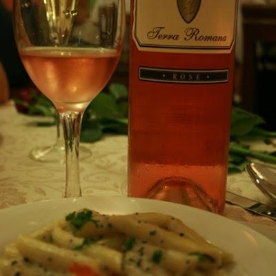 Penne cu icre de somon si caviar si Rose Terra Romana 2009