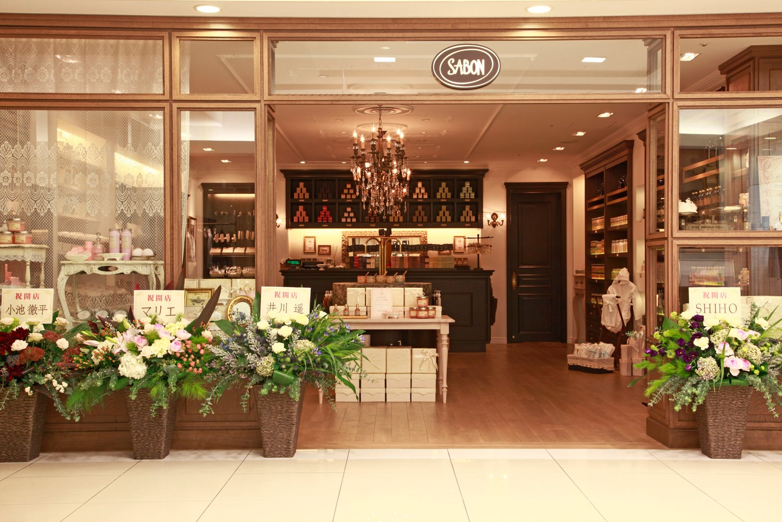 Sabon shops are classic beautifully lit boutiques furbished in natural materials, and decorated with stylish chandeliers and mirrors. Expect a romantic atmosphere thanks to our aromatherapy-rich fragrances and gentle music,all of whichhelps enrich our unique all-sensory shopping experiences.