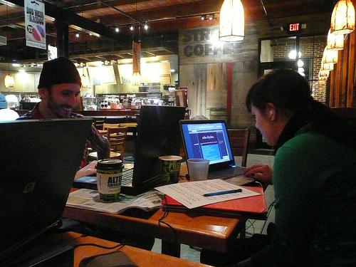 Mondo hr coworking diverse esigenze una sola scrivania for Affitto coworking roma