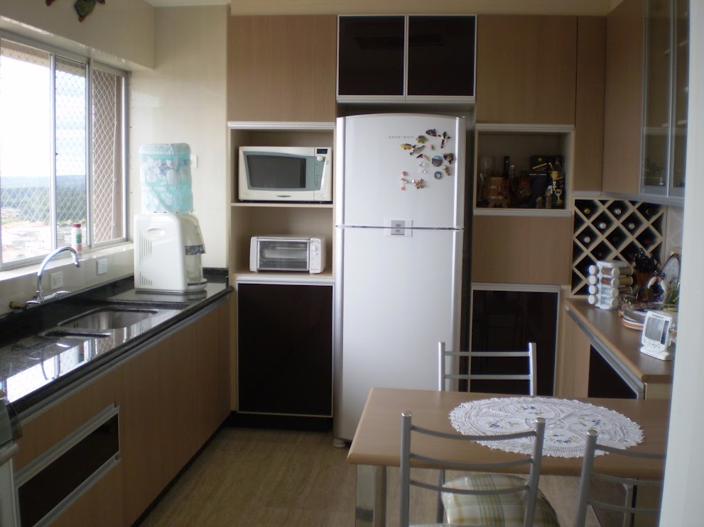 Cozinha em MDF com portas em vidros color glass e alumínio