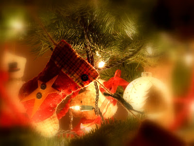 Holiday Wallpaper 1024 768 - Red Socks On A Christmas Tree