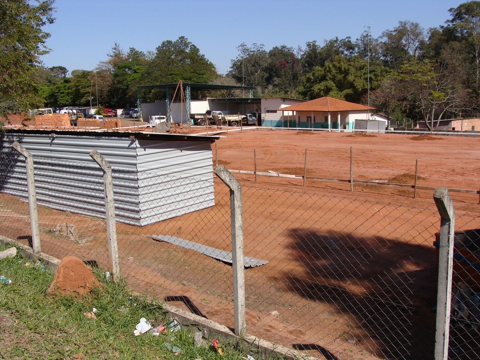 À esquerda o terreno ainda com as construções pertencentes à  #2E5A9D 1600 1200
