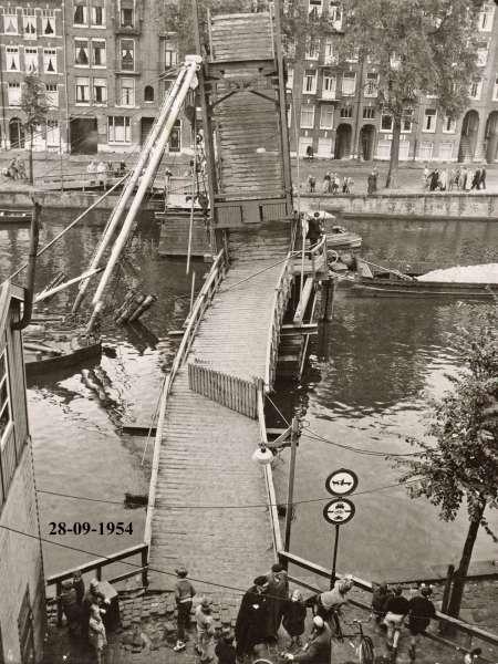 Een noodbrug over de Jacob Catskade in de 50-er jaren...
