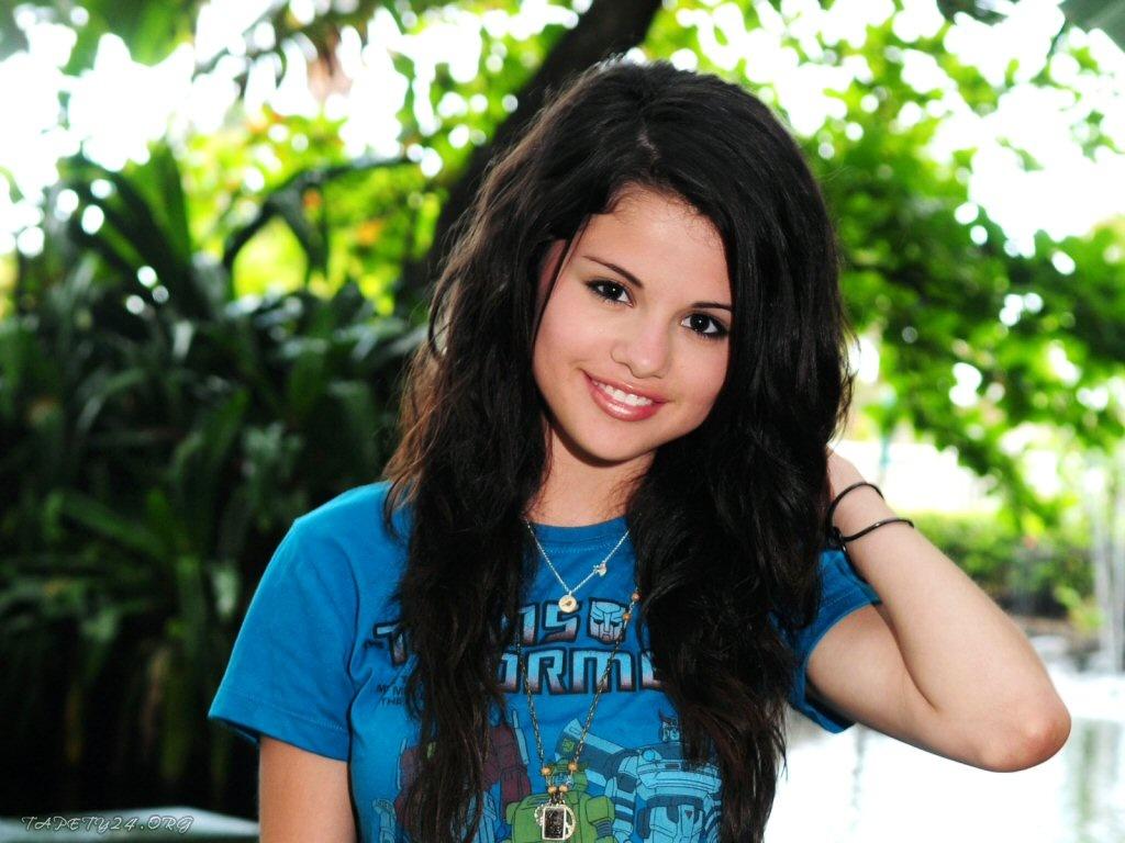 http://1.bp.blogspot.com/_YWWnTPhqL6I/TG-zoBvv8CI/AAAAAAAAACg/HvVznkcn31s/s1600/Selena-Gomez-sonriendo.jpg
