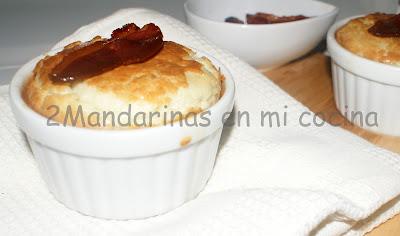 Soufflé de queso azul con jamón de pato