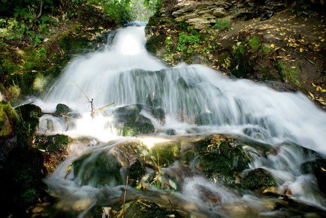 Девчонки лижутся у небольшого водопада
