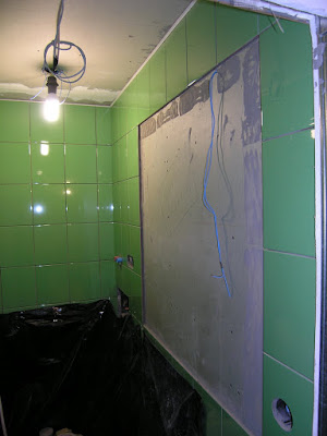 Ниша для зеркала в плитке на стене туалета