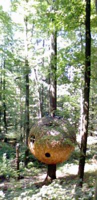 Baumhaus von Weitem
