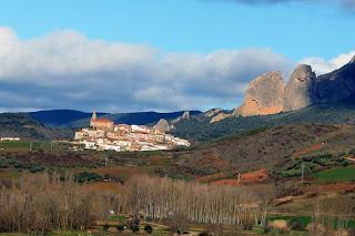 Fotografía del pueblo navarro de Espronceda bajo la Sierra de Codés