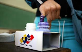 eleitor chega para votar