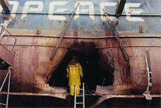 O estrago no casco da embarcação, após se içada para a superfície