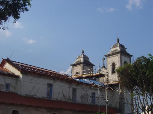 reforma do telhado da nave central em outubro de 2010, término previsto no ano 2011 (dezembro)
