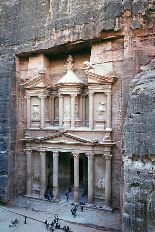petra di yordania kota yang dipahat terukir di batuan