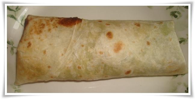 pastikan lipatan kita kemas dan hujung tortilla biarkan dibawah