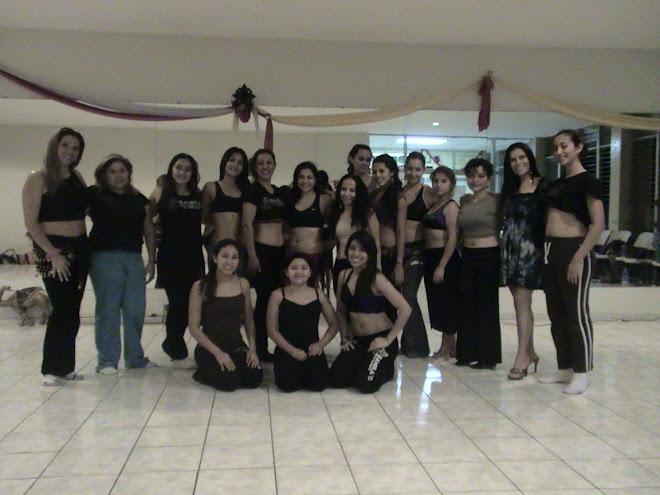 Zamira y un grupo de alumnas con Mayte Torne