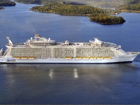 O maior e mais caro navio do mundo _Oasis of the Seas, um verdadeiro parque de diversões flutuante.