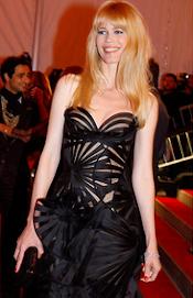 """Claudia Schiffer usa um vestido deslumbrante na passarela vermelha de Hollywood """"Oscar""""."""