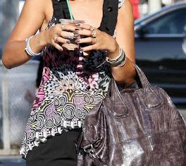Rihanna combina o tom do verniz de suas unhas com a bolsa...fashion!!!