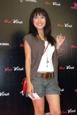 Dea Ananda with casual dress