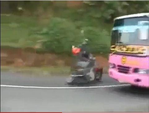 Kecelakaan on Video Tabrakan Maut Bahanyanya Kalo Nyalip Ditikungan Dengan Kecepatan