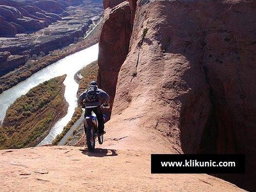 http://1.bp.blogspot.com/_YyXZ9LFygq0/TPx8pfER06I/AAAAAAAADhI/EJ5qSAVxY9o/s1600/120510-crazy-mountain-biker.jpg