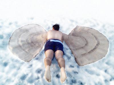 escultura El ángel caido en la arena