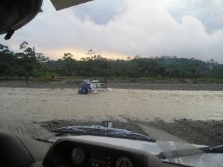 coche cruzando Amazonas