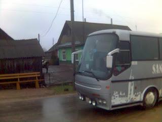 Наш автобус и белорусская хатка на обратном пути из монастыря в Лавришево