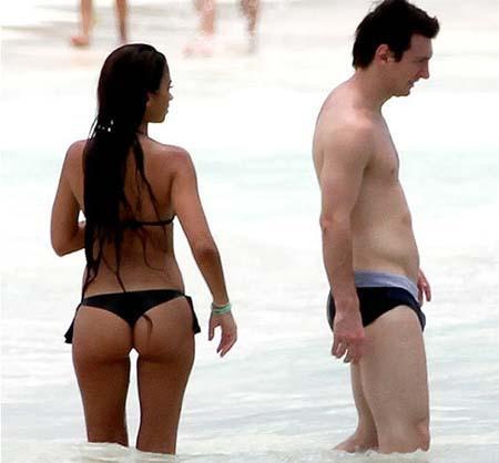 http://1.bp.blogspot.com/_Z74mUJ8xxg8/TEfHWev0N_I/AAAAAAAAC1s/eqJ-ueMFB-Y/s800/lionel-messi-and-antonella-roccuzzo-in-a-bikini-1.jpg