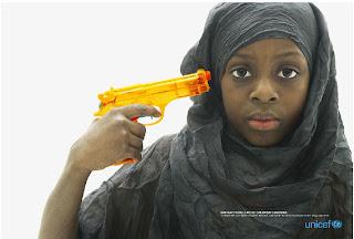 Propaganda da UNICEF a favor do desarmamento. Marketing UNICEF to desarm. Criança segurando arma de brinquedo. Clhidren armed with toy.