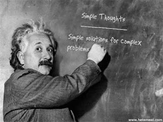 Simple thoughts. Simple solutions for complex problems. Einstein explicando no quadro sobre problemas complexos. Pensamento simples. Soluções simples para problemas complexos.