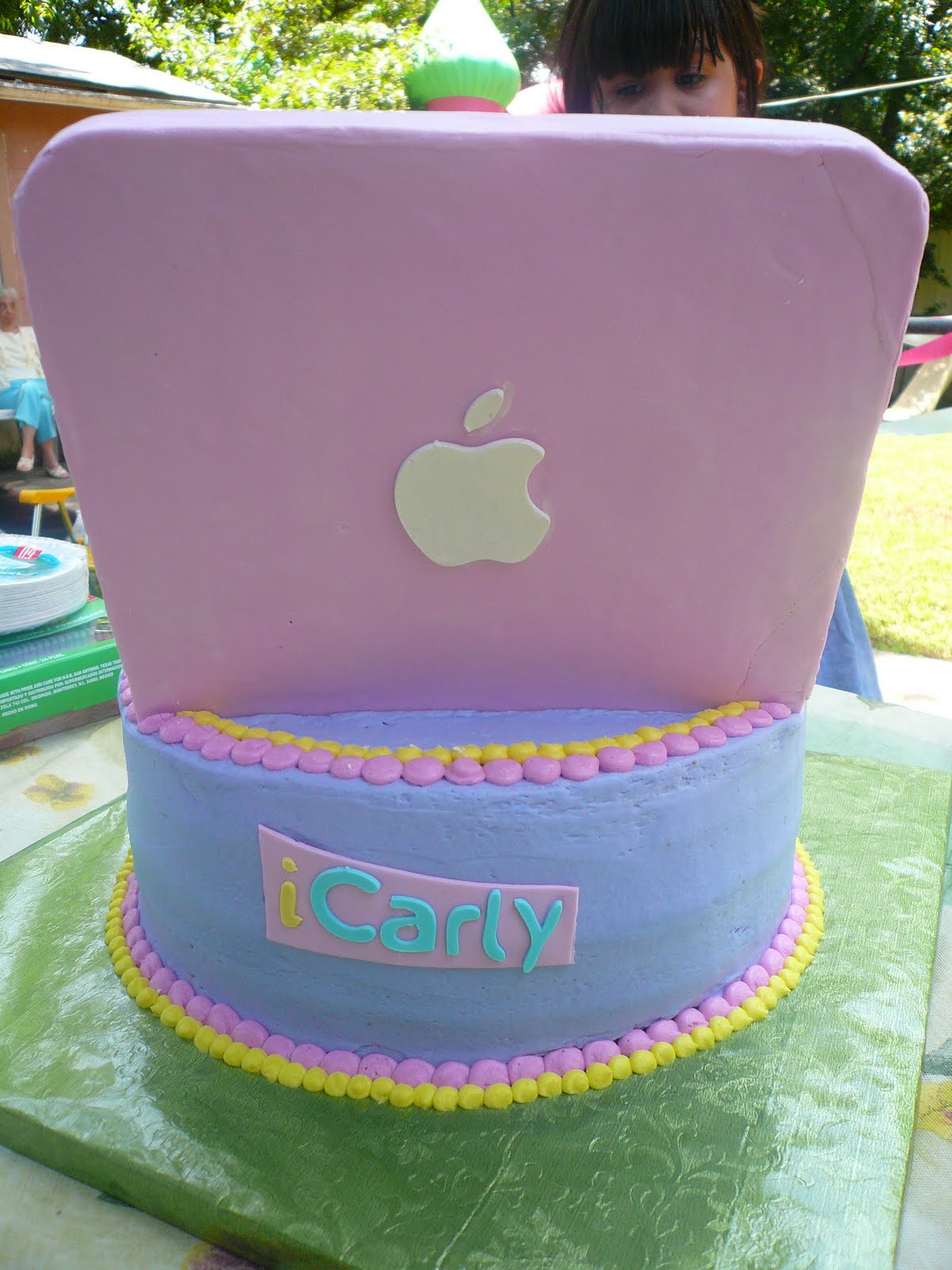 http://1.bp.blogspot.com/_ZBIi5Ka2WB0/TAsRJu3pDCI/AAAAAAAAABk/gJMwJF6KOFI/s1600/icarly+mac+cake.JPG