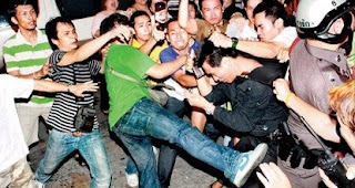 Patpong vendors clash with anti-piracy officials