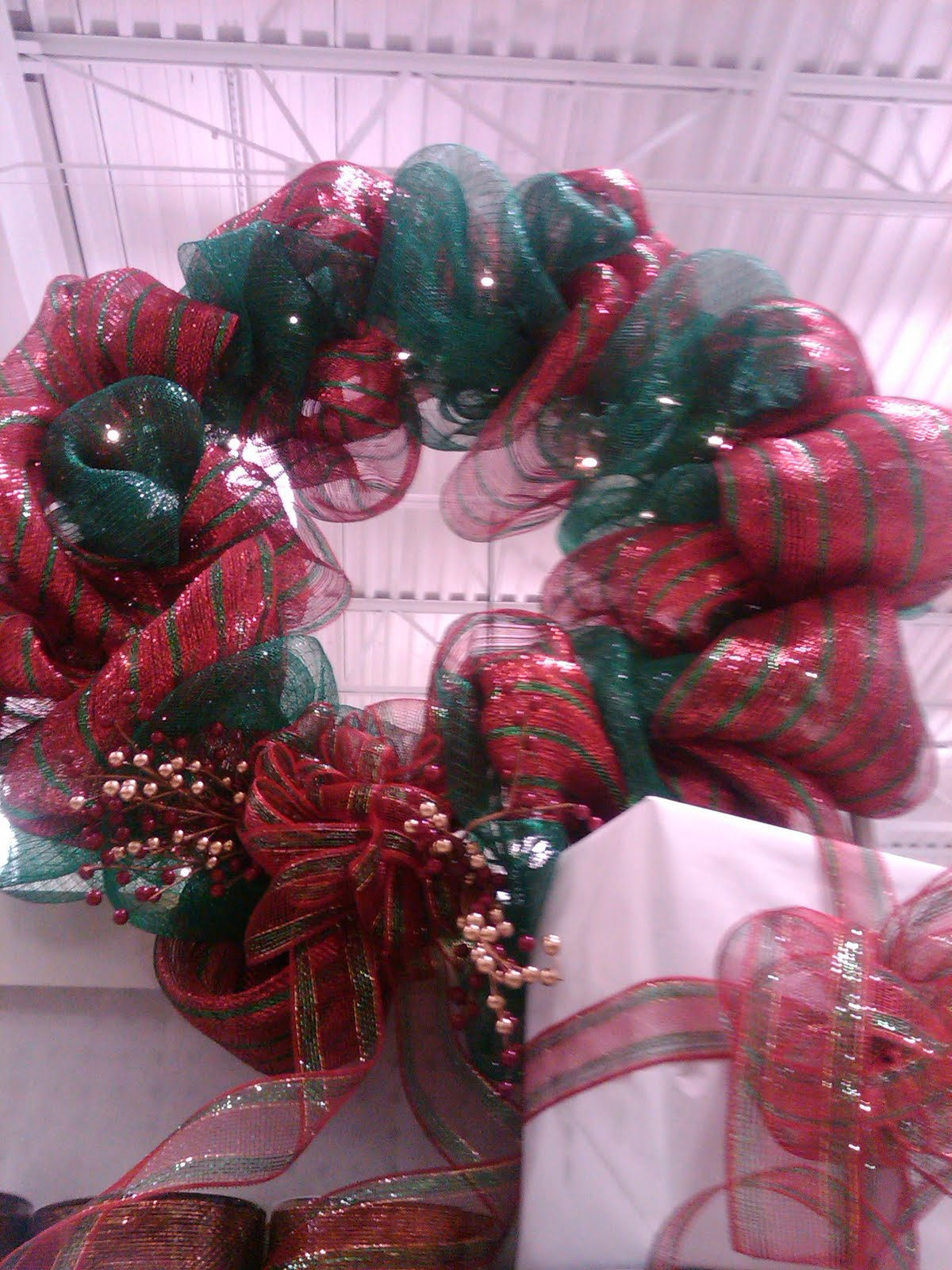 Geo Mesh Wreath Ideas http://sierrascrafts.blogspot.com/2010/12/geo-mesh-wreath.html