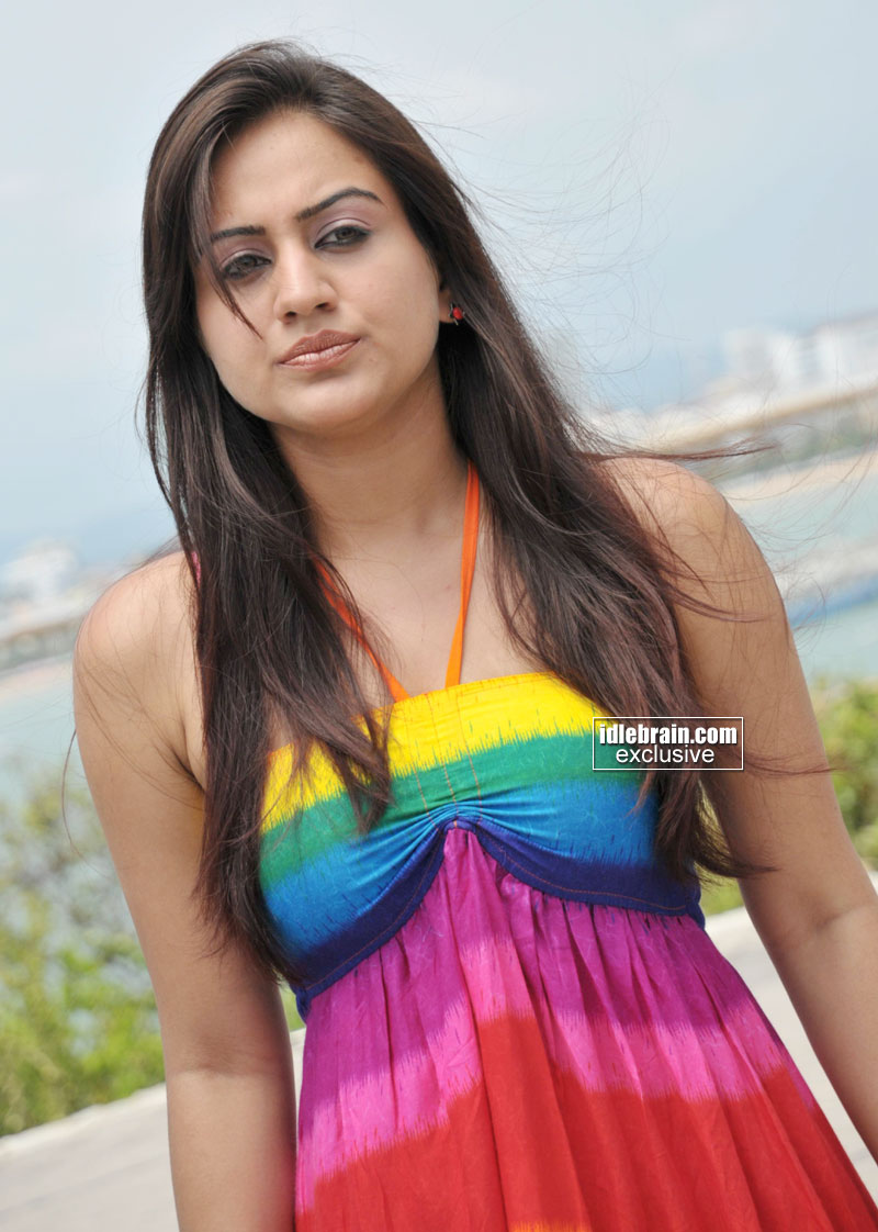 Bollywood Celebrity Fashion: aksha Hot Photos