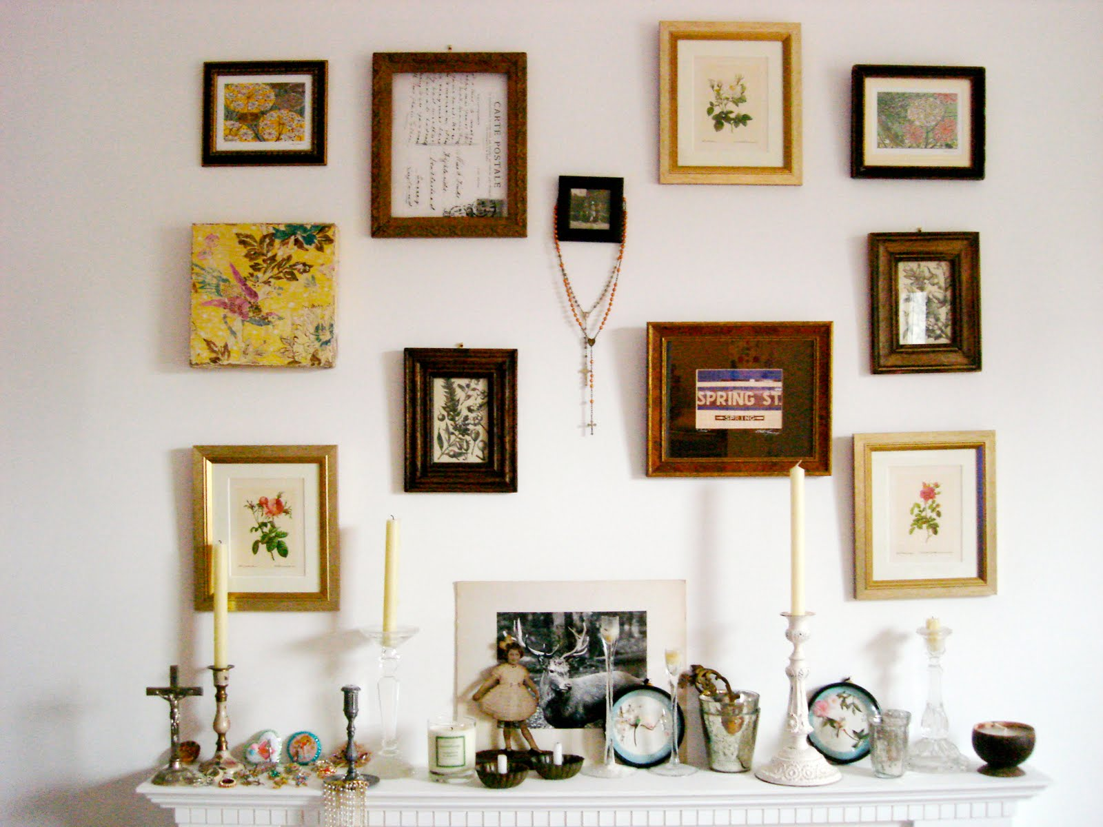 Cuadros y marcos en paredes frames on the wall warm deco - Composicion cuadros pared ...