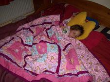 katy slaapt onder quilt