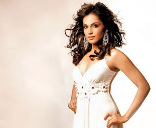 Isha Koppikar Photo Gallery & Wallpapers