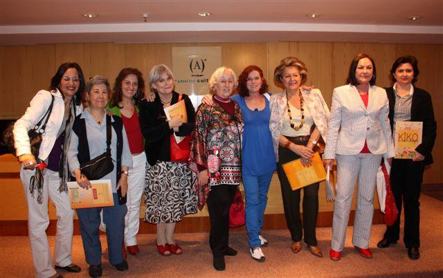 Escritoras del grupo ALAS acompañando a Alicia Cosme en la presentación de su cuento.