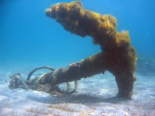 Un ancla o áncora (bajo las aguas de Almería)