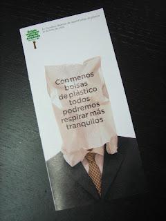 Portada del folleto de Carrefour sobre bolsas de plástico