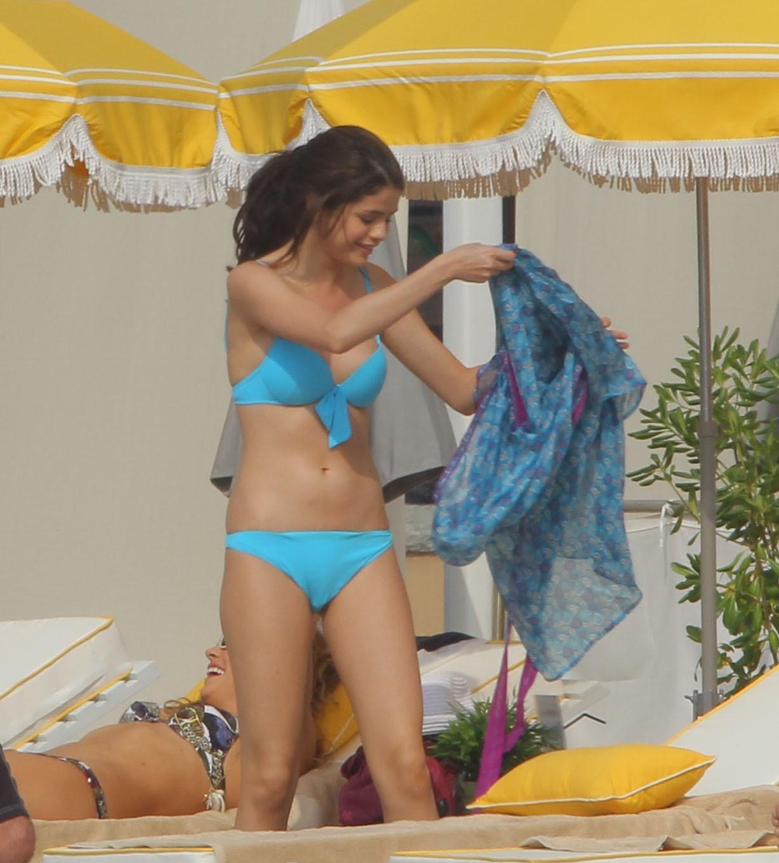 http://1.bp.blogspot.com/_ZRj5nlc3sp8/TCbI6g8-rYI/AAAAAAAAJ20/0FaqhiN4Fuo/s1600/Selena+Gomez+Blue+in+Bikini+3.jpg