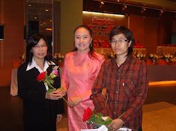 อ.ถาวรีย์  มานะ  มอบดอกไม้แสดงความยินดีกับผู้บริหารดีเด่น