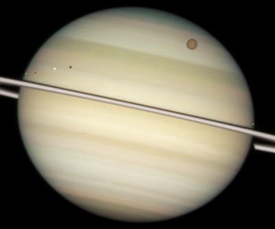 Encélado, Dione,Titán y Mimas, lunas transitando sobre Saturno