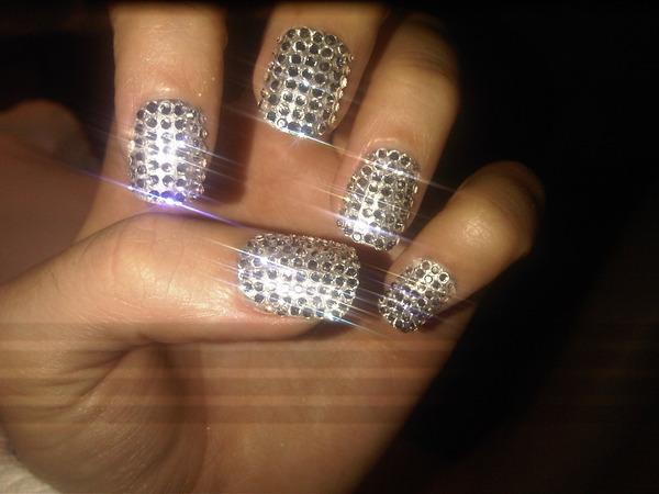 Ногти в камнях сваровски фото