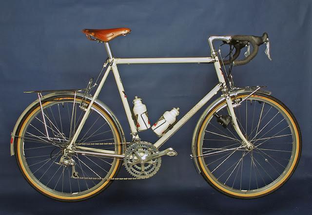 Visão lateral da bike, com peças do Campagnolo Centaur