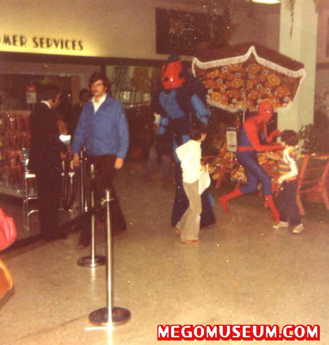 [Sunrise+Mall+Mego+Event+3,+Massapequa+NY+1977.bmp]