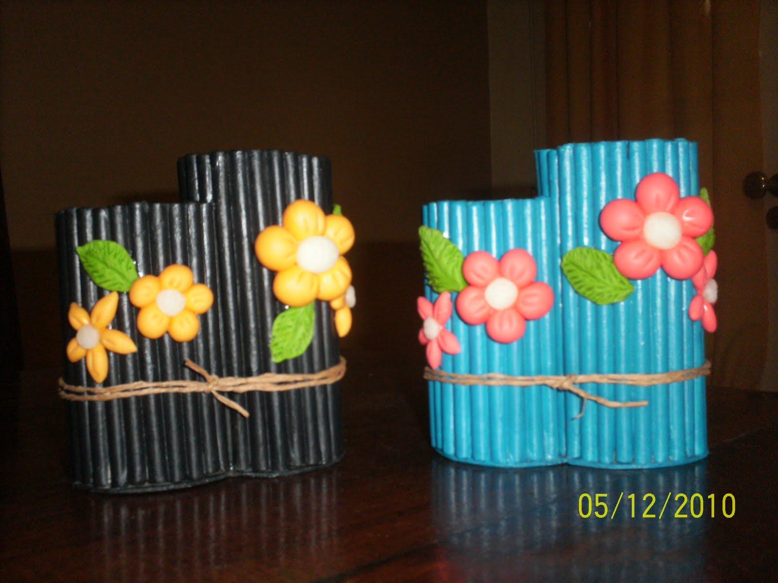 Portalapices en papel de diario y flores en procelana en frio
